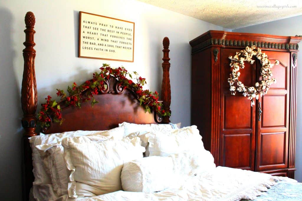 How to decorate a bedroom for Christmas with a cozy farmhouse feel #rosevinecottagegirls